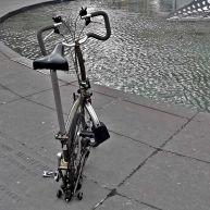 Vélo pliant sur le rebord du bassin de la sculpture – photo Jean Lespinasse